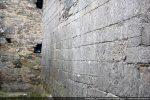 Le mur roman est interrompu par la chapelle latérale