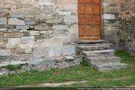 Blocs romans de schiste gris disposés dans le mur sud