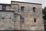 Quatre fenêtres rectangulaires éclairent la nef
