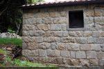 Partie construite en réutilisant d' anciens moellons mêlés aux nouveaux