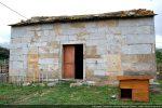 Il s'agit du remploi des blocs de la chapelle médiévale dont les longues dalles encadrant la porte d'entrée