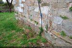 A la base du mur, des pierres moulurées devaient sans doute souligner le soubassement de l'ancienne chapelle; aucune autre pierre travaillée ne semble avoir été utilisée