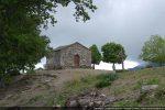 La chapelle San Mamiliano accrochée au rocher à 764 m d'altitude
