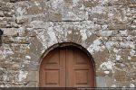 L'arc en plein cintre surmontant la porte est formé de claveaux réguliers