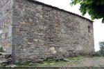 Les murs sont composés de petites pierres ; traces de reprise ou de reconstruction (mur sud)