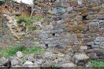 Vestiges de l'église : détail du mur sud fait d'un petit appareil assez régulier (fin 9e  siècle- 10e siècle)