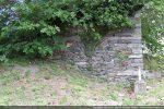 Portion du mur est : l'angle est formé de dalles plus importantes assurant un chaînage
