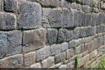 Quelques blocs du mur sud présentent un motif gravé