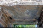 Détail du linteau de la porte avec les deux crapaudines