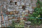 Base du mur nord formé de pierres parfois arrondies mais disposées en assises régulières