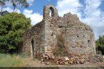 La chapelle Sant'Antone est érigée sur un terrain plat et actuellement toujours bien dégagé