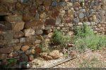Base du mur contrastant avec les réfections situées plus haut