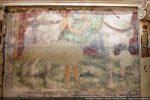 Tableau du haut en partie découvert : les jambes du cheval et un bout du manteau vert de Saint Martin donnant la moitié de son manteau à un pauvre