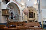 Vue de la nef en cours de restauration : nef centrale flanquée de deux bas-côtés séparés par des piliers