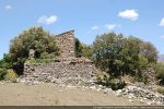 Premières maisons enserrant les ruines de San Cervone