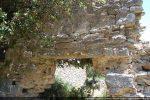 La porte est surmontée d'un long linteau monolithe