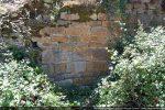 Parement de petits pierres bien taillées avec, par endroits, des pierres plus grandes