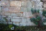 Détail du mur nord : agencement soigné de blocs de tailles différentes avec insertion de morceaux de tuiles pour combler les différences de niveau