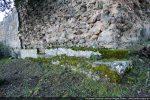 Angle nord-ouest ; reste de parement et noyau composé de pierres noyées dans du mortier