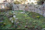 Petit massif en maçonnerie se trouvant au centre de l'abside situé sur une estrade : autel ou tribunal ?