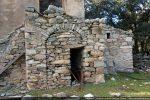 Petite annexe de la maison : on y reconnait les blocs taillés de l'époque romane