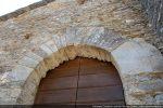 Arc reconstruit comme en témoigne le claveau orné de 2 traits gravés