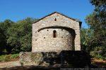 Côté est : mur de la terrasse, abside et fronton
