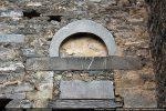 Archivolte en forme d'arc, linteau et pierres remontés d'une façon maladroite