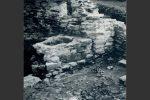 Cette même cuve-pressoir dégagée en 1980-1982 (photo publiée dans Cahiers Corsica 136-137, 1990, fig. 241)