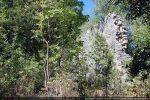 Le mur nord émerge de la végétation sur une hauteur d'environ 6 m