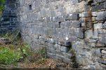 Le bas du mur nord est composé d'une alternance de pierres moyennes et grosses  avec des assises irrégulières disposées en chainage avec des lignes horizontales assez fantaisistes (10e siècle)