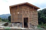 Façade occidentale : la structure en bois est indépendante des vestiges des murs anciens