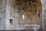 Trois fenêtres et une niche sont aménagées dans l'abside
