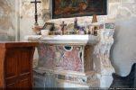 Bel autel en stucco lustro recouvert par la suite