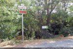 Panneau sur la D16 pour descendre vers le hameau