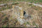 Vestige d'un des piliers montrant les traces de deux époques : carolingienne et romane