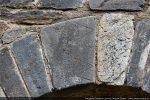 Un des claveaux de l'arc est gravé d'un trait en zig-zag