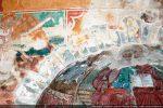 Sous les fresques apparait l'arc triomphal formé de claveaux