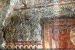 Détail de décor graphique encadrant la tête de l'apôtre