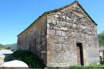 Angle nord-ouest; porte avec piédroits et linteau monolithes