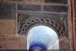 Archivolte décoré d'une torsade à deux torrons. Dans les coins: une main ouverte et une crosse