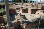 Baptistère cruciforme au pavement de mosaïque (5e-6e siècles). Au centre: restes de la cuve baptismale