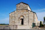 Façade occidentale très sobrement scandée de pilastres semi-engagé et d'un bandeau soulignant le fronton ( fin 11e siècle)