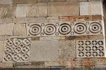 Grandes dalles gravées sans doute à l'origine remplies de pâtes de couleur (intarsiata)