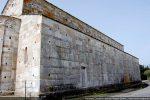 Mur nord aux dix fenêtres et une seule porte