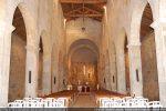 Intérieur de la cathédrale: les trois nefs sont séparées par deux rangées de piliers supportant des arcs en plein cintre légèrement surbaissés
