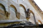 Personnage en haut relief sur le fronton est et modillons (tête humaine, serpents entrelacés se mordant la queue)