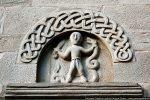 Tympan sud: entrelacs, moulure et personnage tenant un glaive et un monstre-serpent
