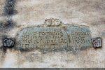 Entourée de petites têtes du 10e siècle, cette inscription a été commanditée par Jacques de Rome, de l'ordre des frères prêcheurs, en commémoration d'un miracle qu'il avait accompli en faisant pousser du blé sur de la pierre - 1455