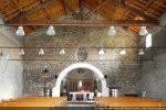 Arc séparant la nef en deux parties avec petites fenêtres basses